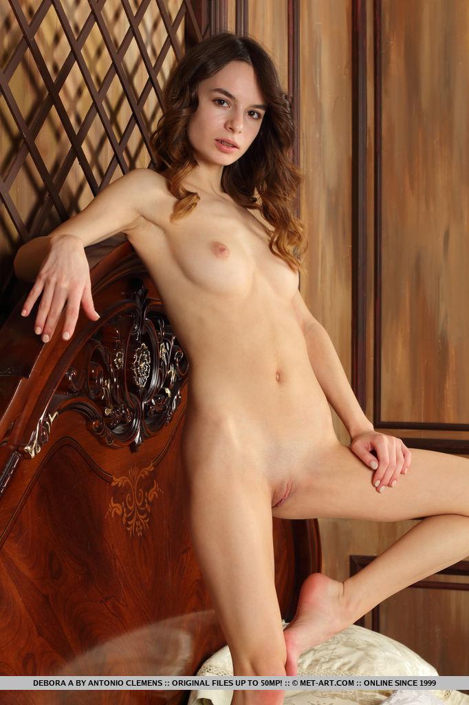 Стройная девушка раздвинула ноги перед фотографом и показала тугую дырку