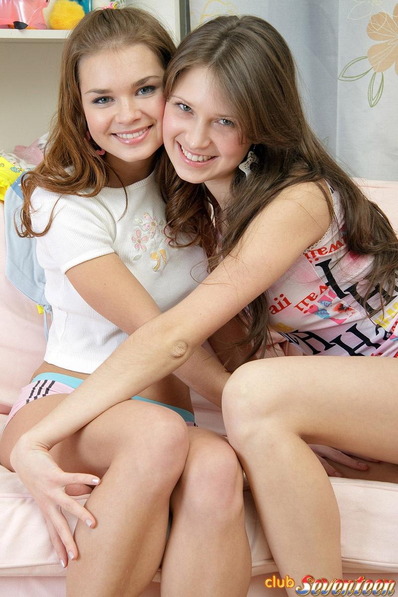 Две сисястых девушки разрабатывают свои промежности вибратором и дилдо