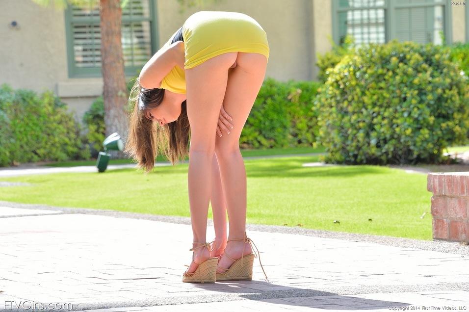 Стройная девушка во время спора разделась на улице и встала раком