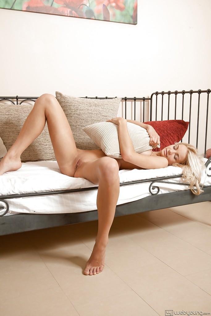 Худая блондинка доводит мастурбацией свою промежность до оргазма