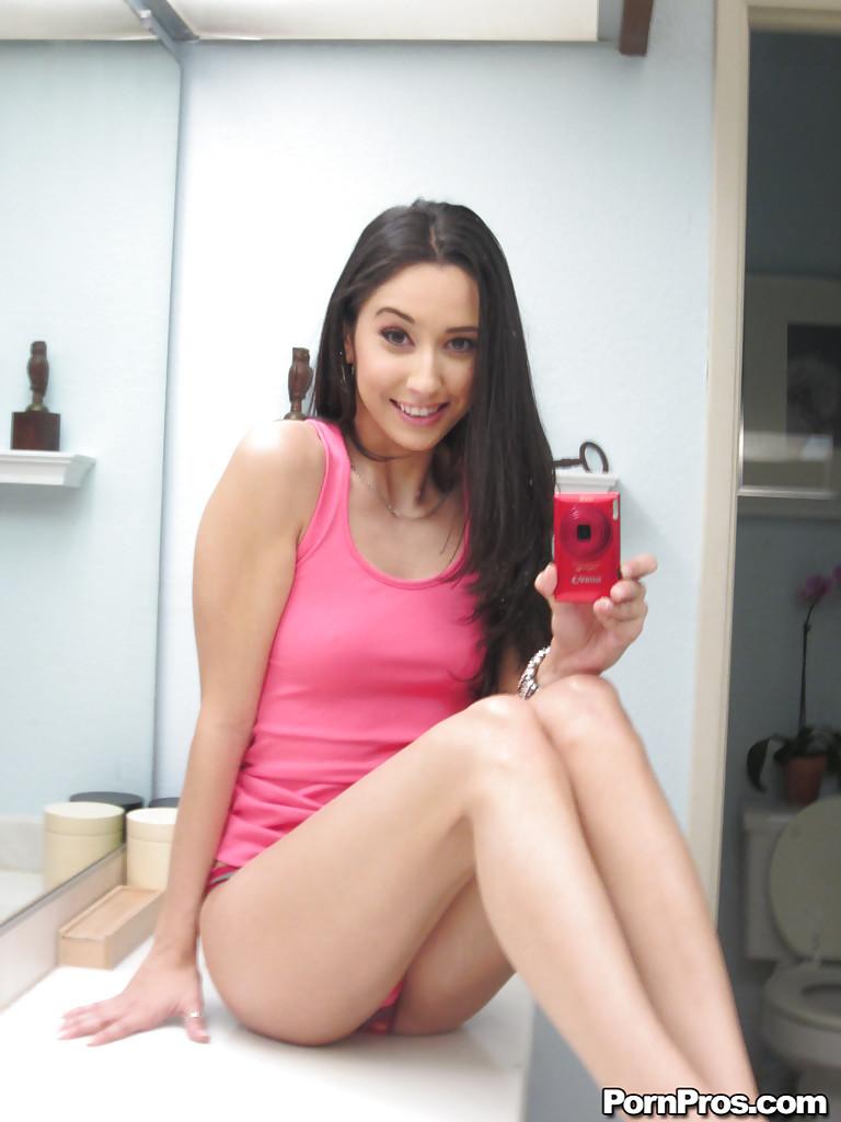 Стройная девушка перед зеркалом в ванной фоткает свою упрую попку