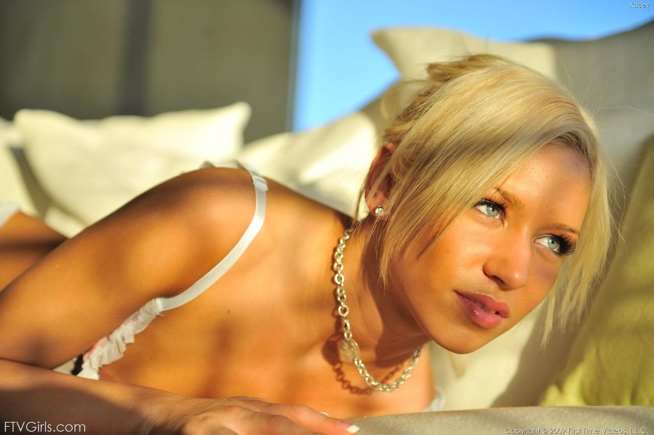 Блондинка в эротическом белье насаживается пилоткой  на толстый дилдо