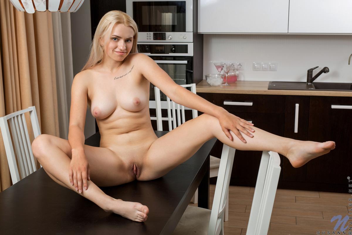 Сисястая блондинка на кухонном столе устроила для мужа эротическую фотосессию