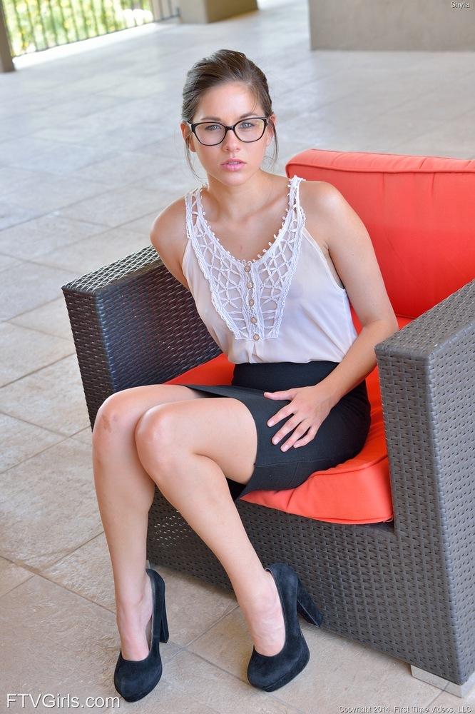 Очкастая студентка на каблуках на скамейке занимается фистингом