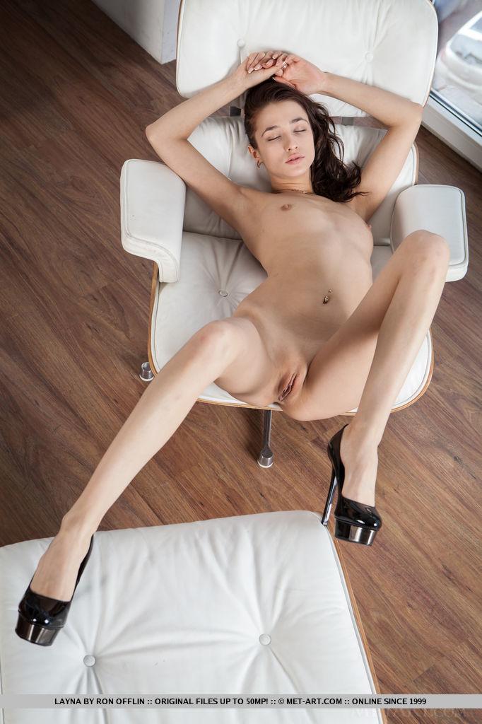 Обнажённая девушка на каблуках рада порадовать парня фото своей вагины