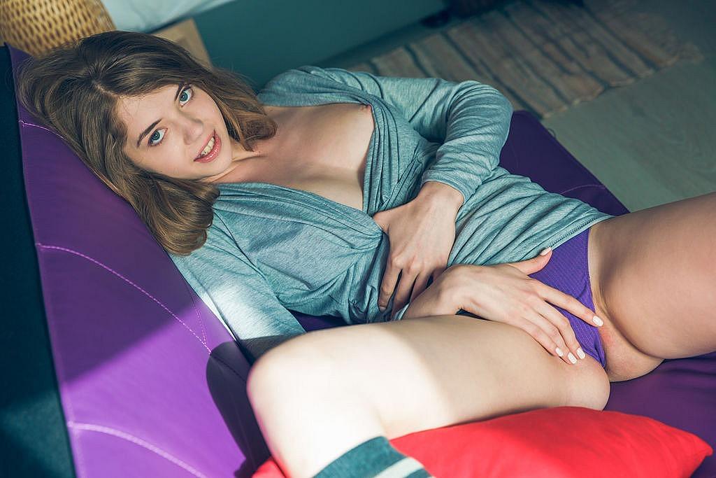 Девушка с торчащими сосками на кровати раздвинула ноги для куни