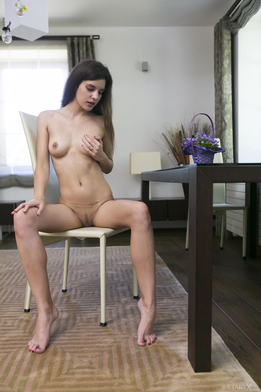 Сисястая девушка на полу мастурбирует клитор бритой промежности