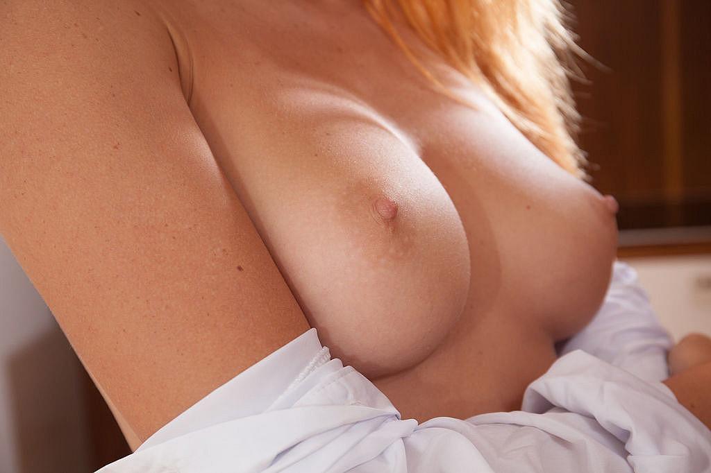 Рыжеволосая студентка с торчащими сосками ласкает пальцами узкую вагину