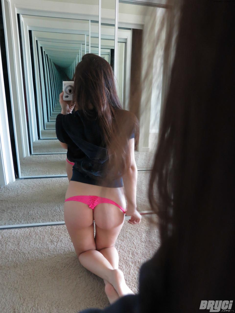 Сисястая девушка фотографирует, как дилдо скользит в мокренькой вагине
