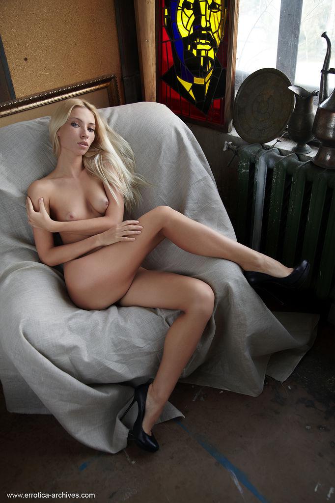 Блондинка с торчащими сосками согласилась на эротическую фотосессию