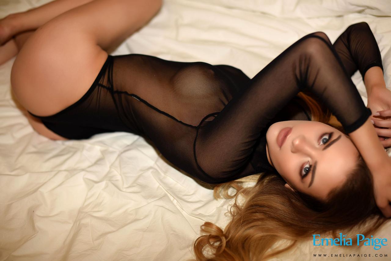 Сисястая давалка на кровати показывает большие соски и упругую задницу
