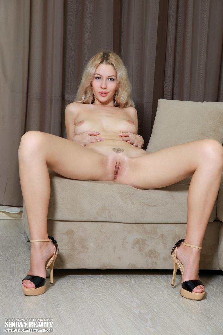 Похотливая блондинка на каблуках с сердечком на лобке сняла лифчик