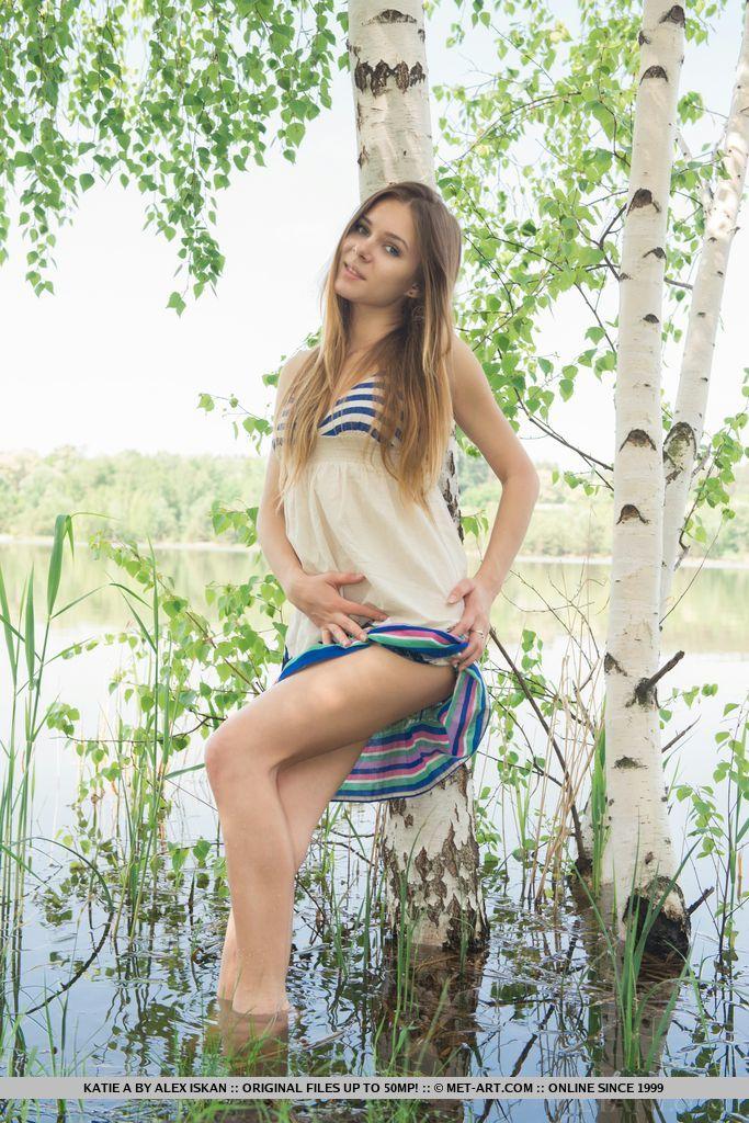 Девушка на природе около речке разделась и попросила парня сфотографировать её