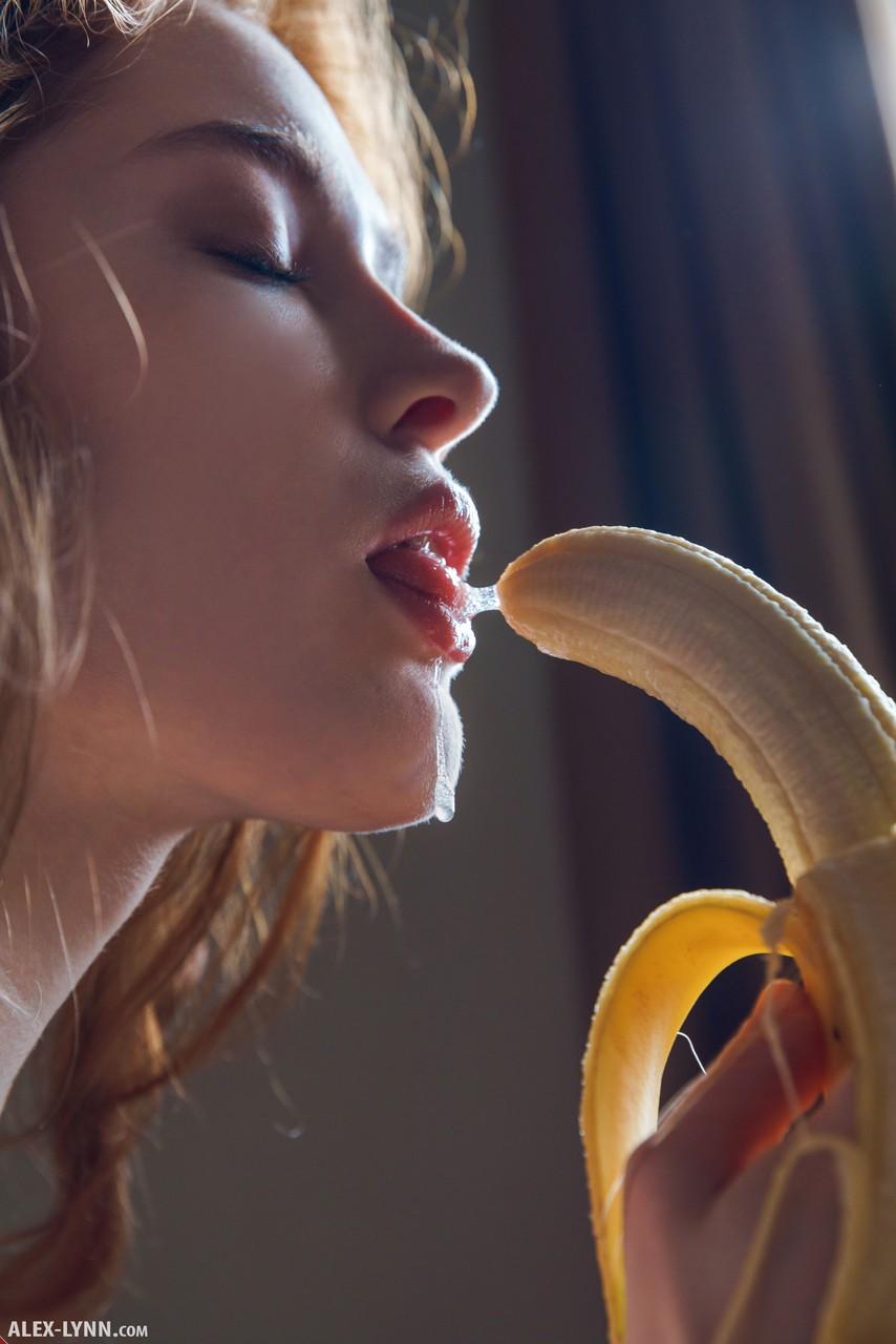 Рыжая сучка перед вебкой сосёт банан и потрахивает пальцами пилотку