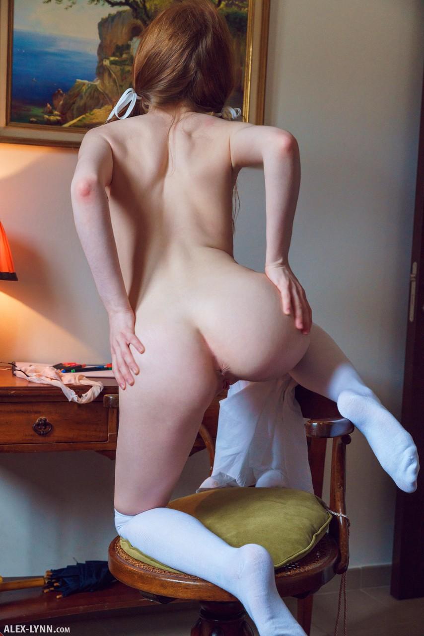 Рыжеволосая девушка руками раздвинула вагину перед камерой телефона