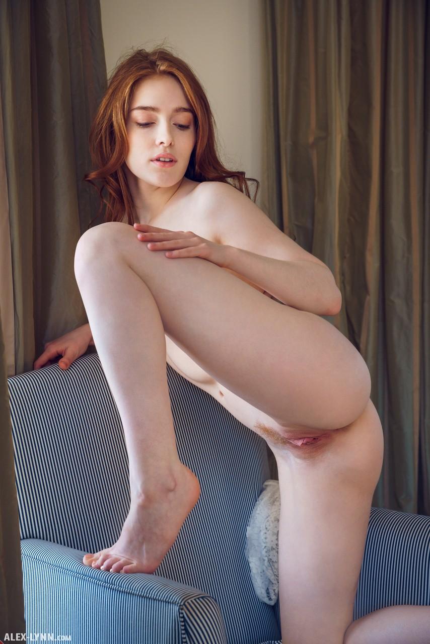 Стройная девушка сняла кружевное белье и стала пальчиками ласкать клитор