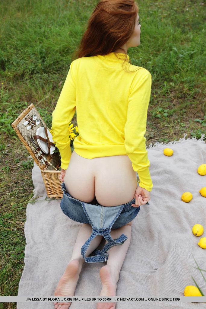 Девушка с маленькими сиськами участвует в эротической съёмке на природе