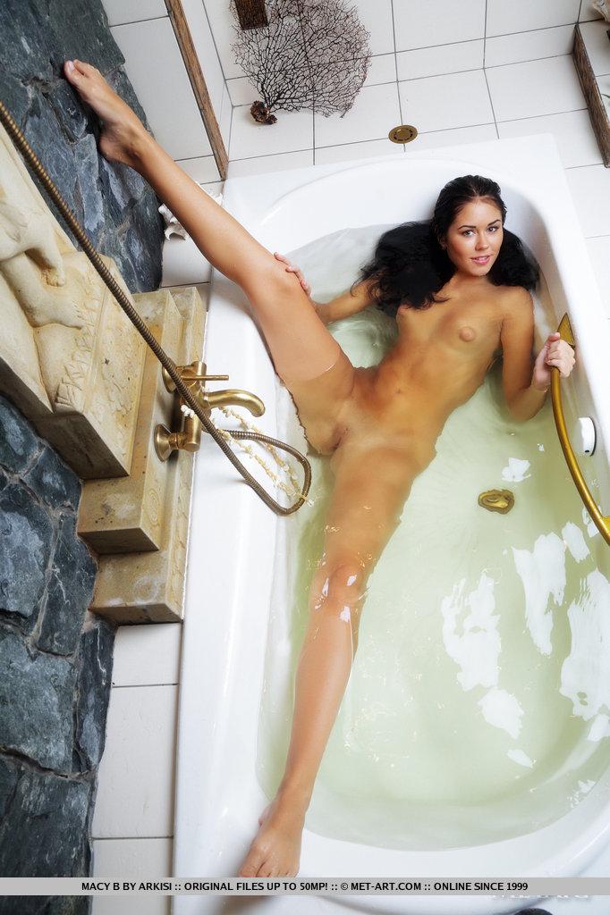 Жопастая брюнетка в ванной показывает тугую промежность