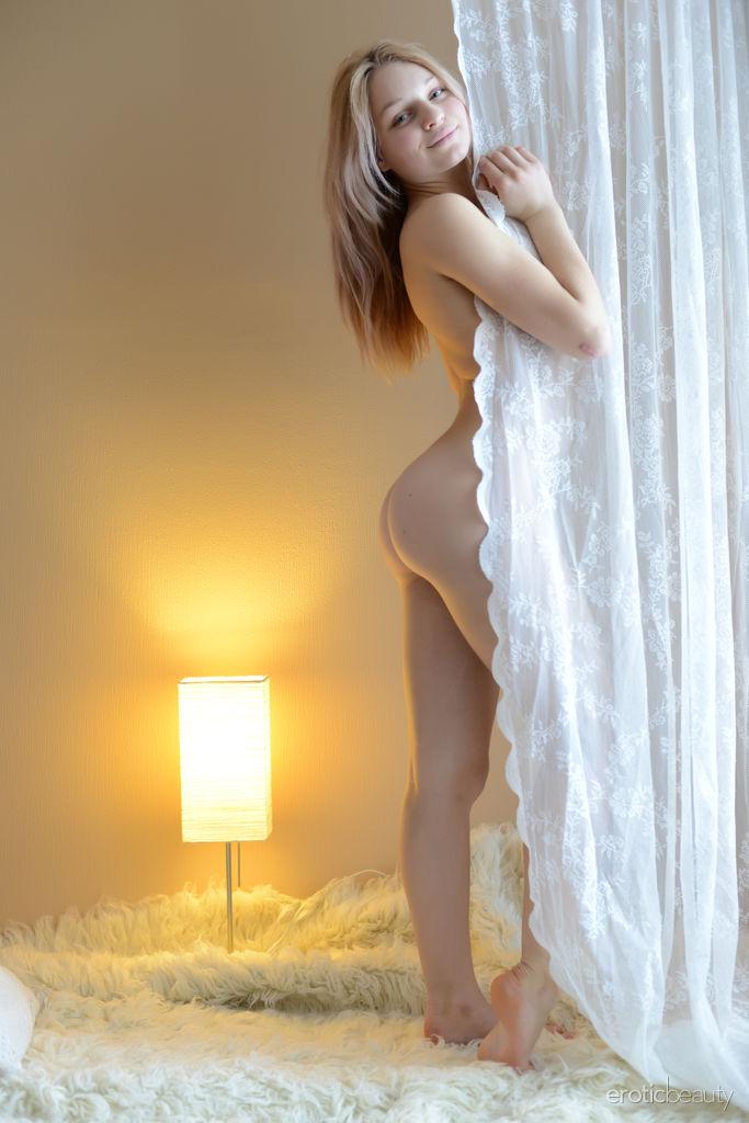 Муж уговорил молодую жопастую жену пофотографировать голой перед трахом