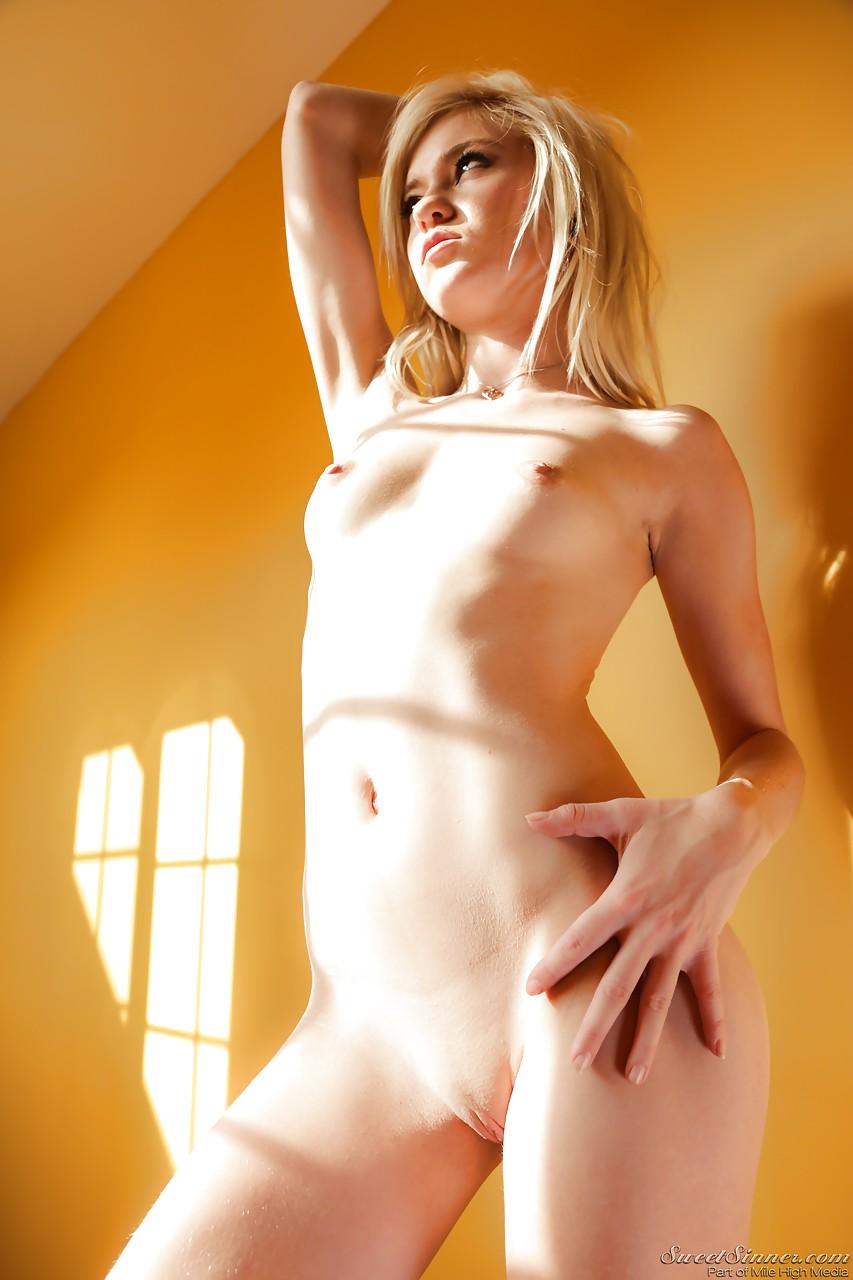 Блондинка в чулках околы стены максимально показывает свои дырочки