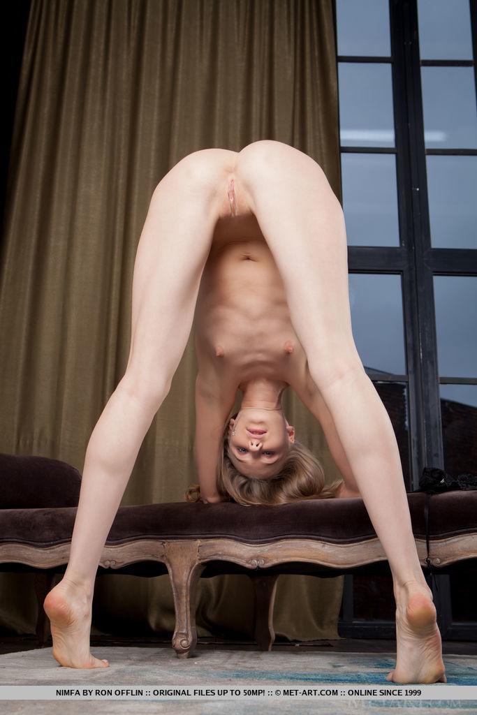 Пышнозадая девушка с маленькими дойками на кастинге раздвигает ноги