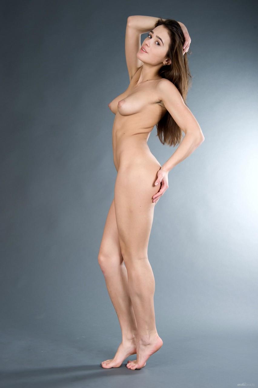 Девушка в чулках на фотосессии раздвинула ноги перед парнем