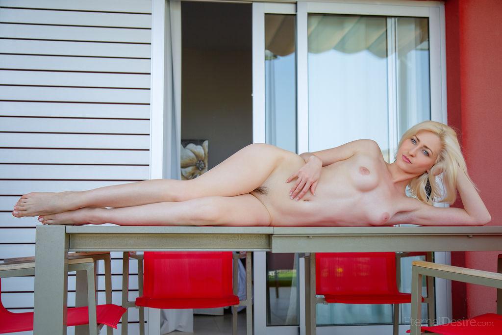 Муж фотографирует на кухонном столе тугую промежность блондинки