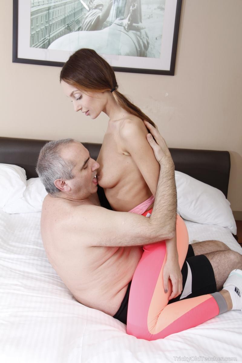 Старый мужик после глубокого минета отодрал молодую сучку