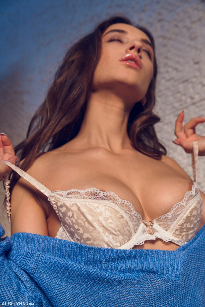 Сисястая давалка сняла кружевное бельё и показала упругую задницу
