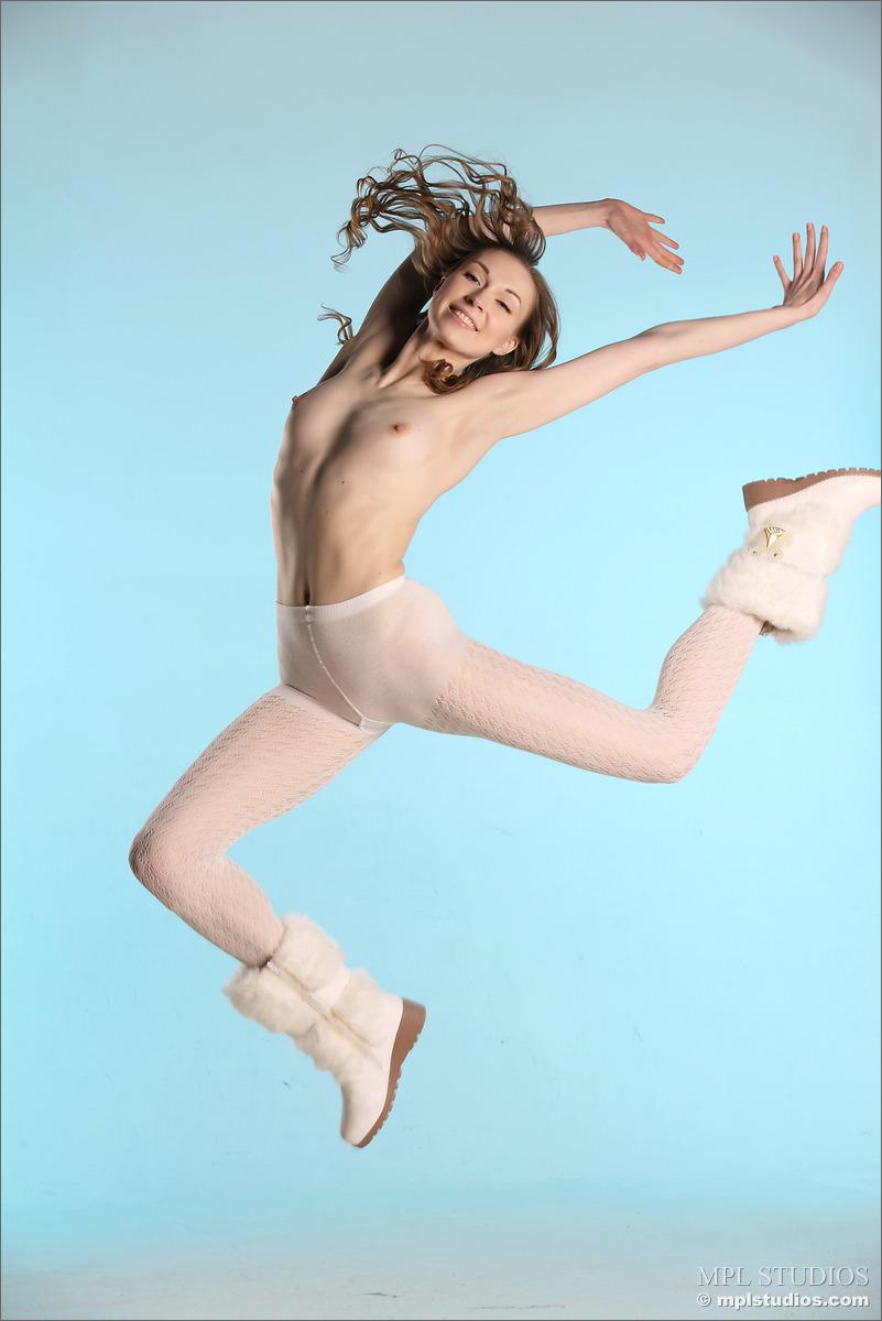 Гимнастка на кастинге, выгибаясь, демонстрирует узкие дырочки
