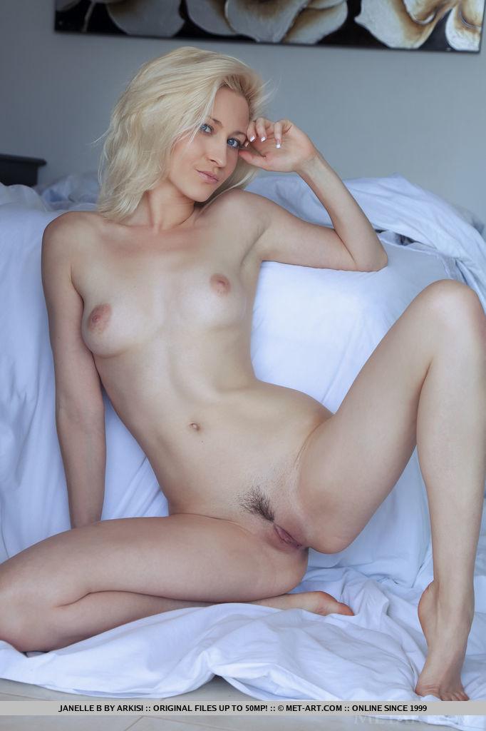 Блондинка раздвинула ноги перед фотоаппаратом любовника