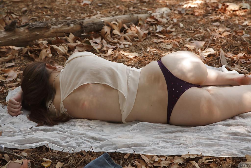 Сисястая рыжая девушка ради фото разделась в лесу