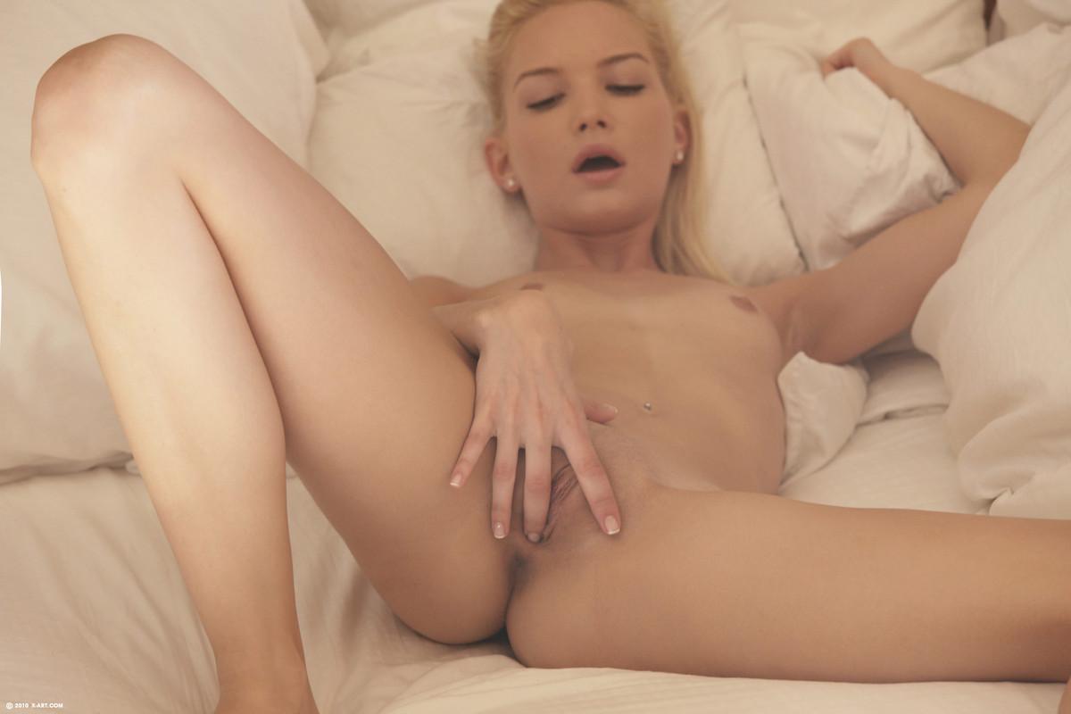 Молодая блондинка перед сном насадилась выбритой вагиной на дилдо