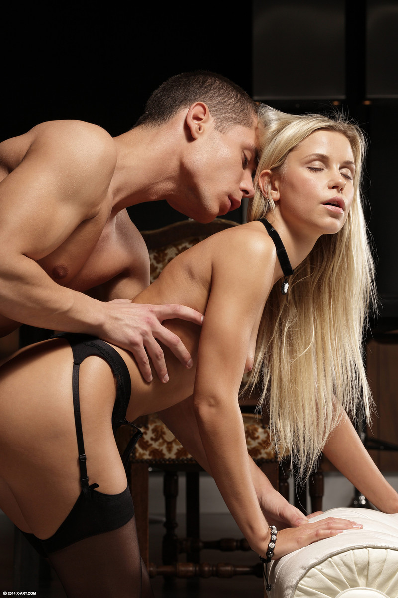 Жопастая блондинка в чулках прыгает на длинном стволе любовника