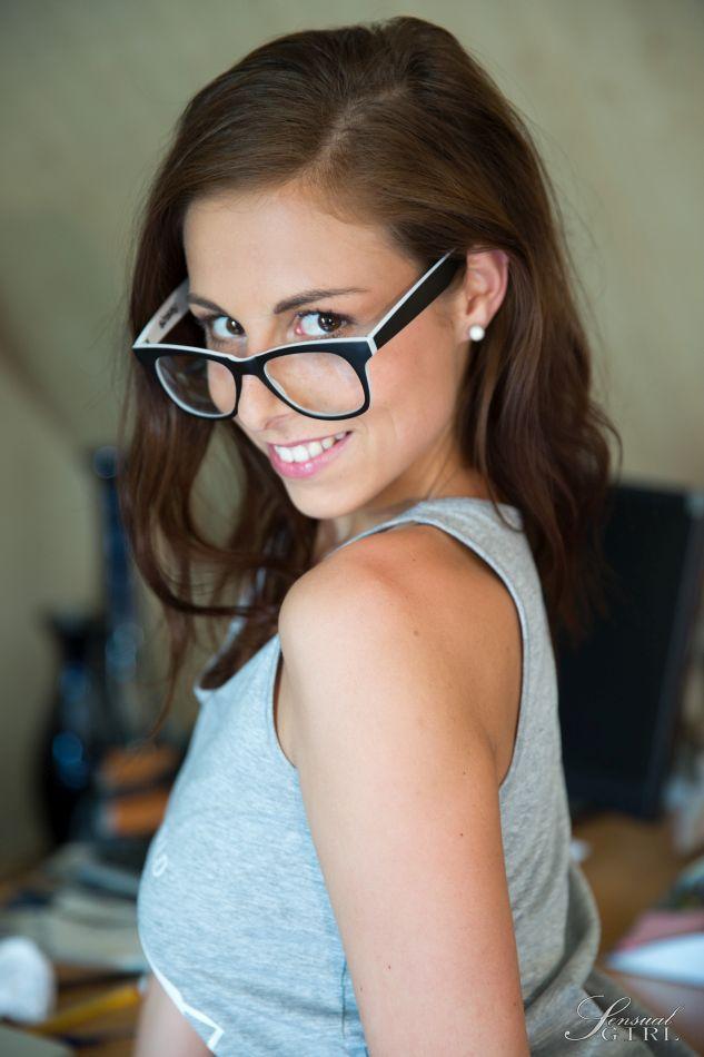 Очкастая девушка в офисе соглашается показать бритую пилотку