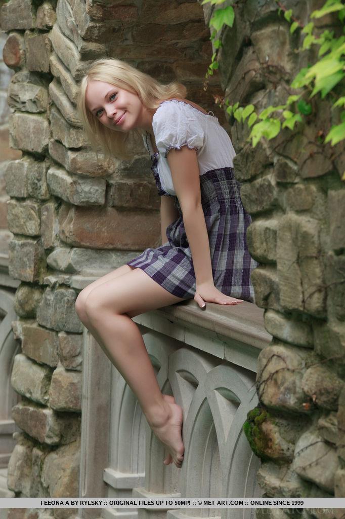 Девушка с бусами на кастинге раздвигает ноги в разных позах
