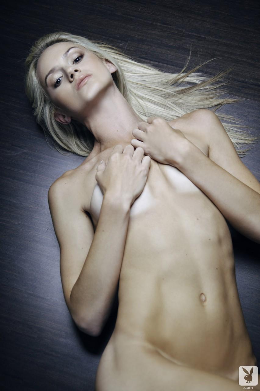 Стройная блондинка с маленькими дойками сняла трусики на фотосессии