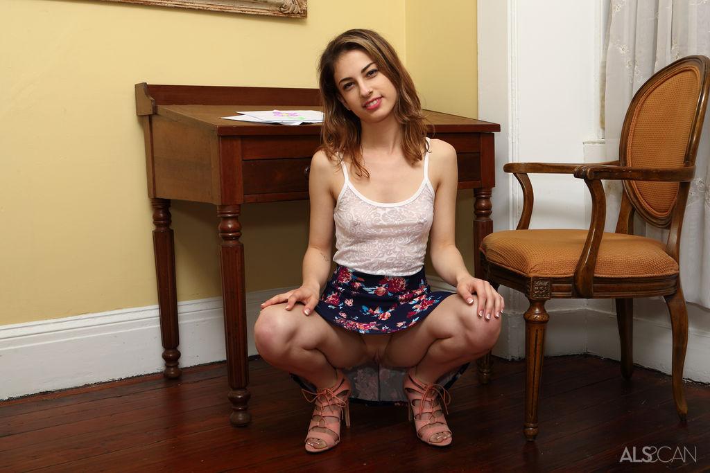 Потрахав на стульчике вагину самотыком, похотливая сучка занялась фистингом