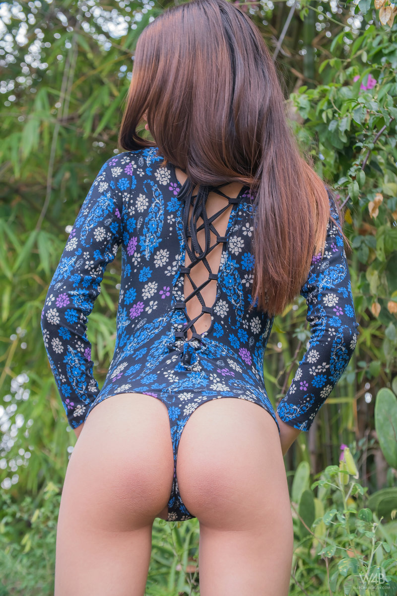 Длинноволосая девушка сняла боди и стала мастурбировать на природе