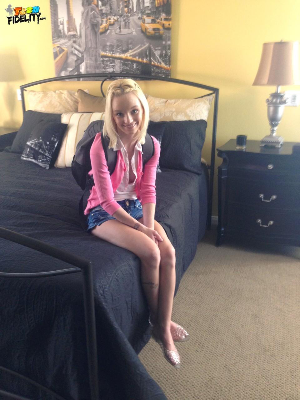 худая молодая блондинка в стрингах решила покататься на велике