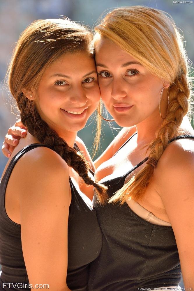 Две сисятых лесбиянки засовывают самотыки в набритые дырки