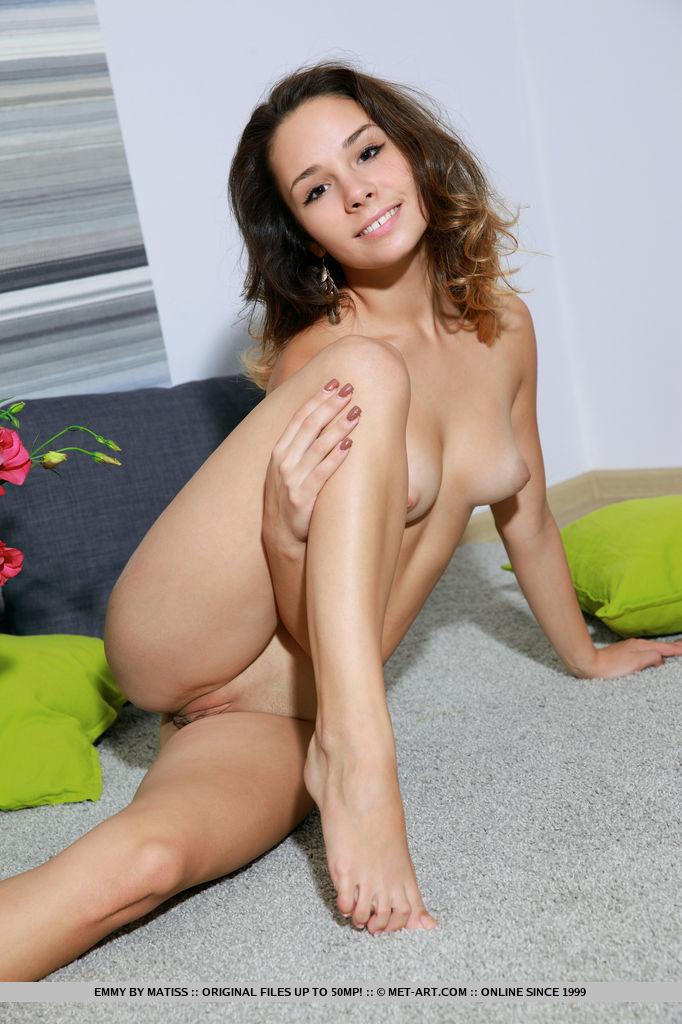 Девушка с торчащими сосками показывает на кастинге свою растраханную вагину