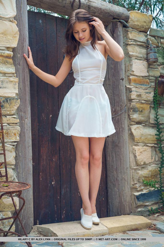 Грудастая давалка сняла платье на улице, показав торчащие соски
