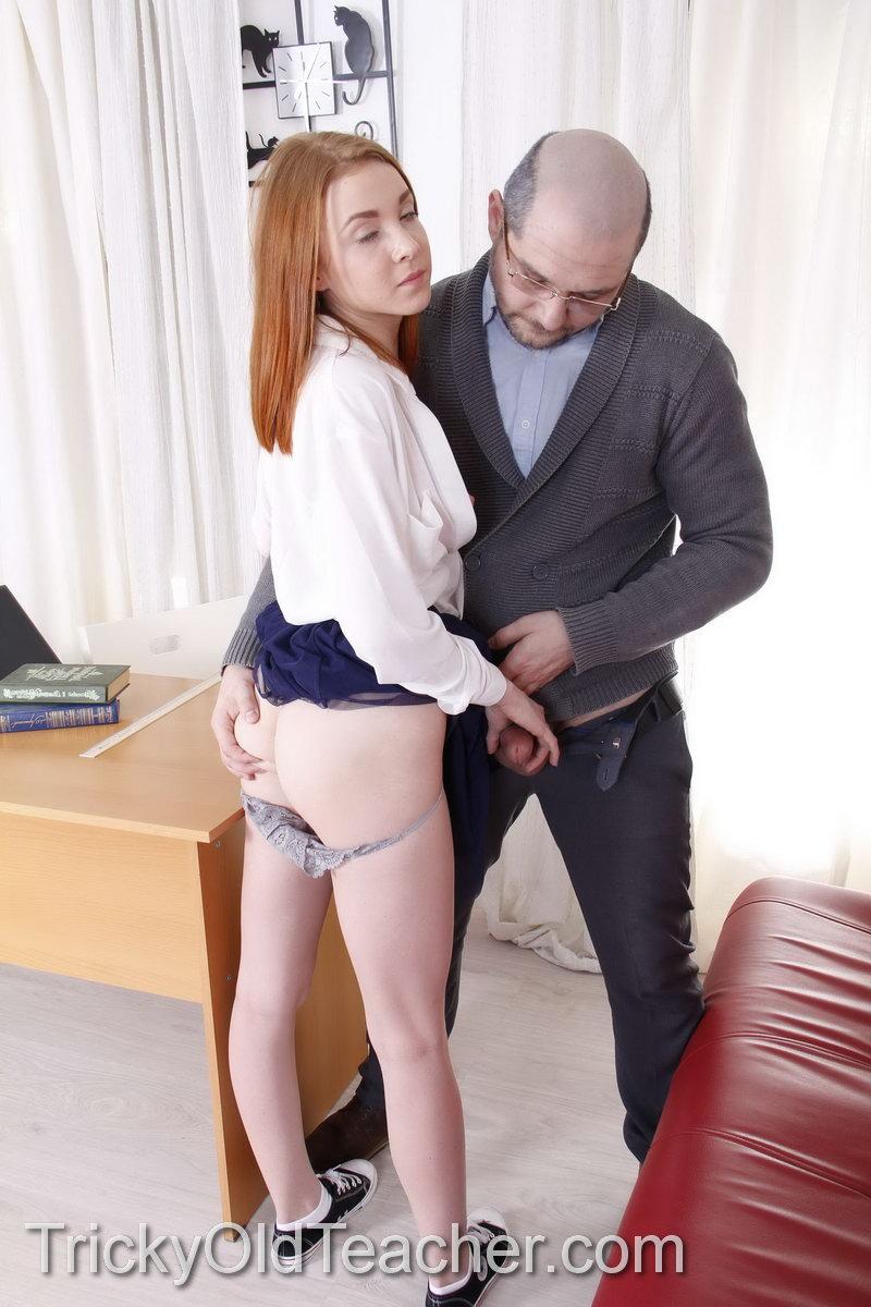 Зрелый лысый мужик снял трусики с рыжей сучки и присунул член в её вагину