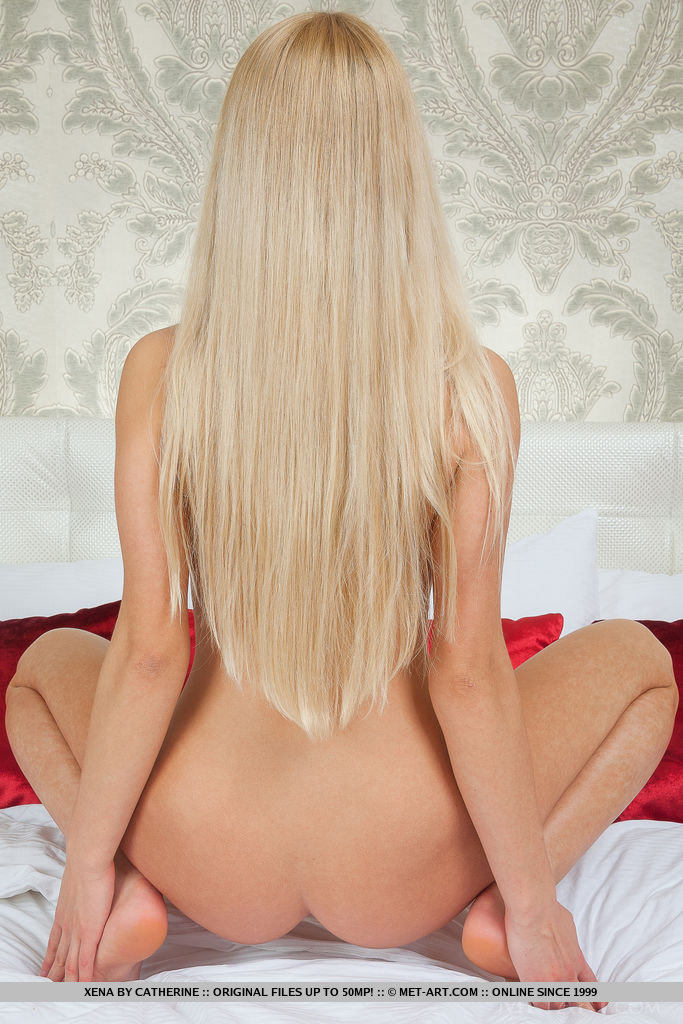 Сисястая блондинка на кровати выставила на обозрение узкую промежность
