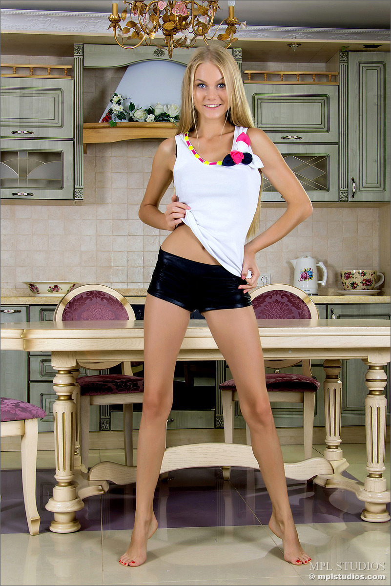 Длинноногая блондинка на кухонном столе  раздвинула широко ноги