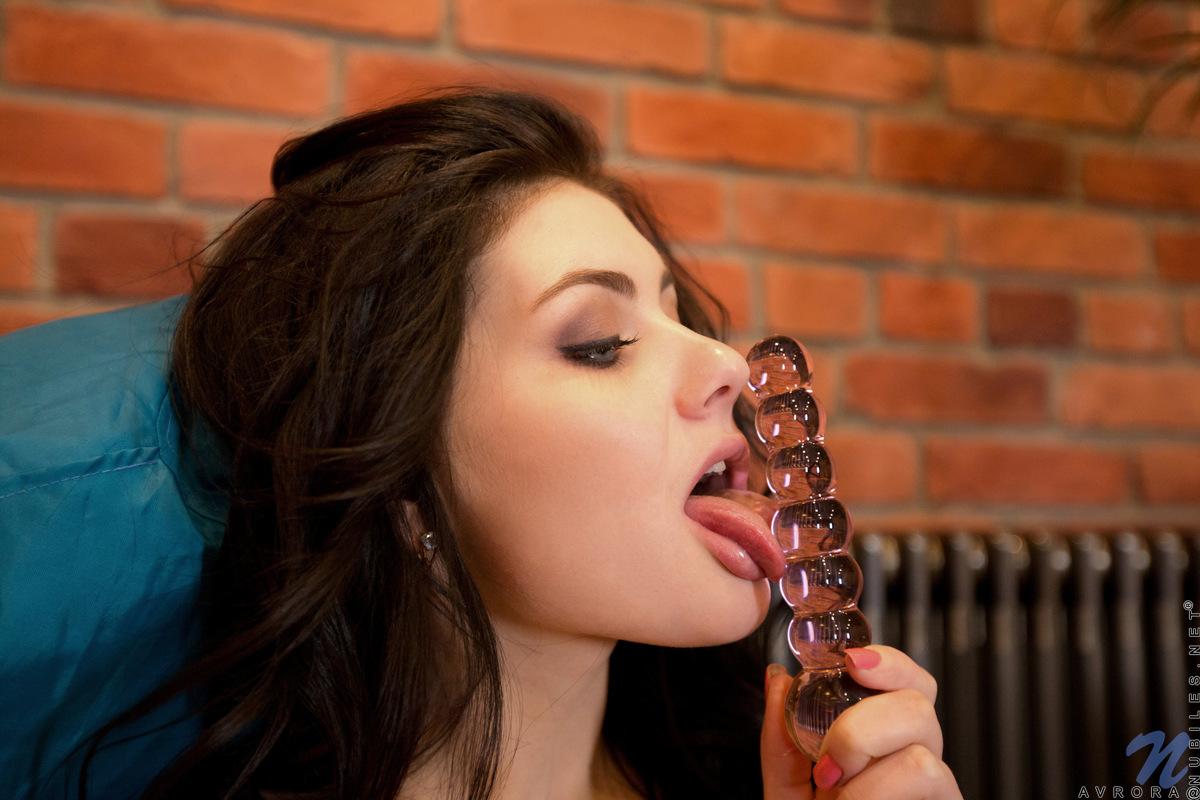 Парень фоткает, как жопастая брюнетка потрахивает самотыком вагину