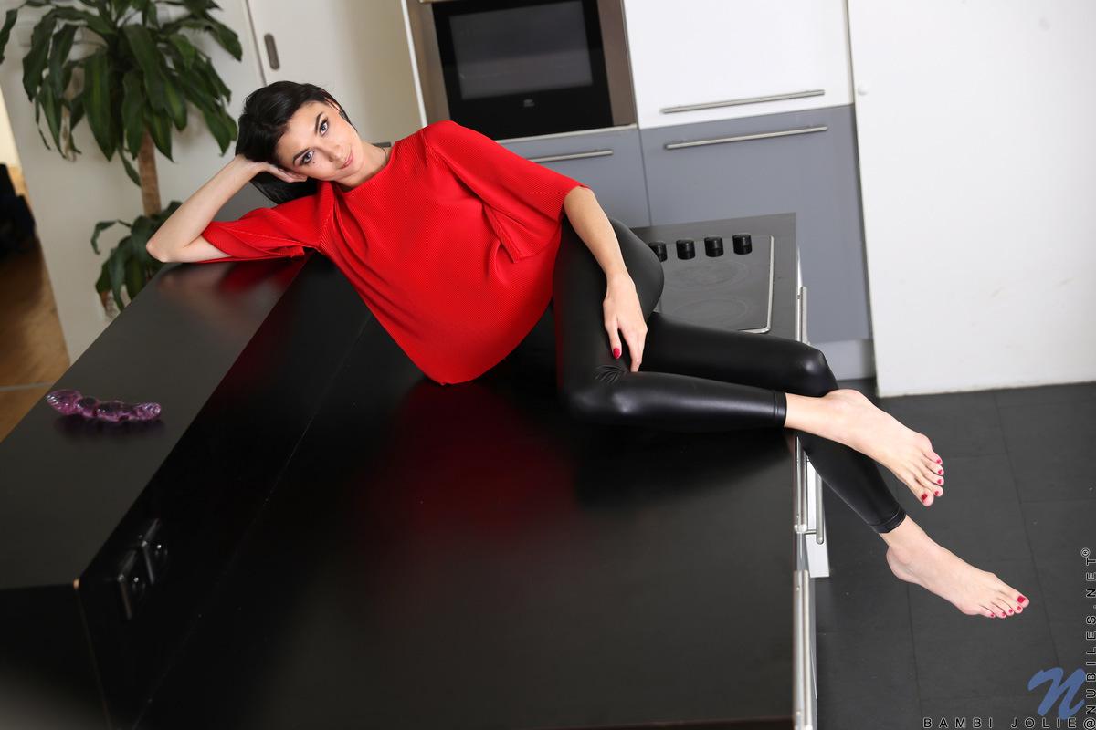 Стройная девушка  медленно присунула самотык в выбритую пилотку на столе
