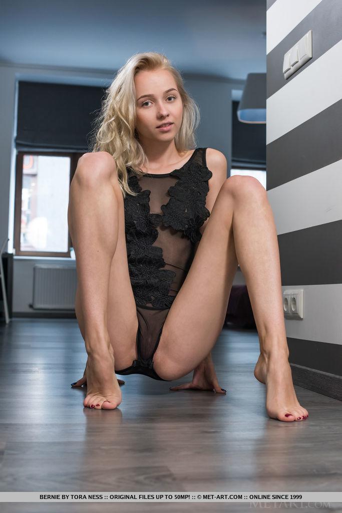 Стройная девушка в разных позах подставляет пилотку в коридоре офиса