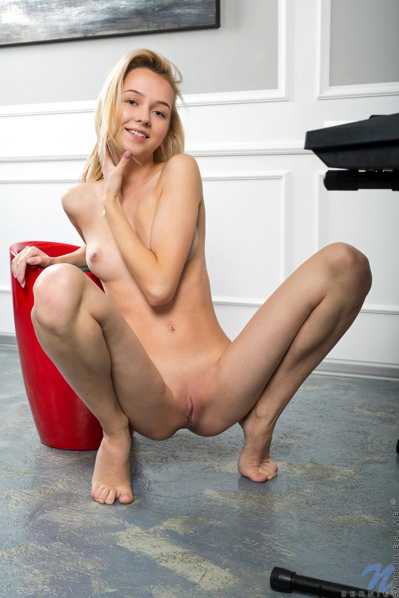 Молодая девушка, раздвинув ноги, раздвигает половые губы руками